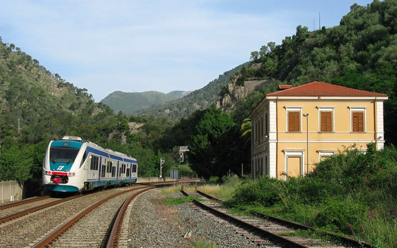 Trains [from] to [to] - Trenitalia / Italy - Regional train exterior