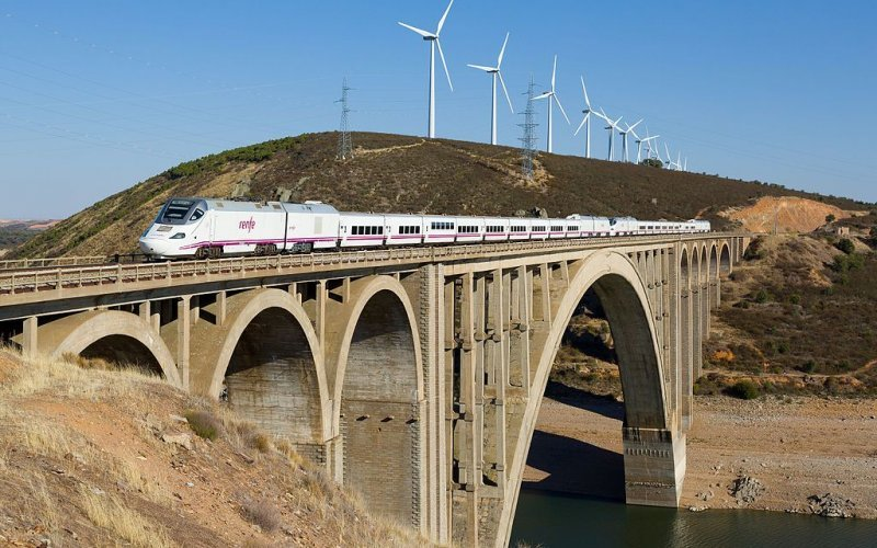 Alvia | Trains in Spain | Alvia crossing a viaduct