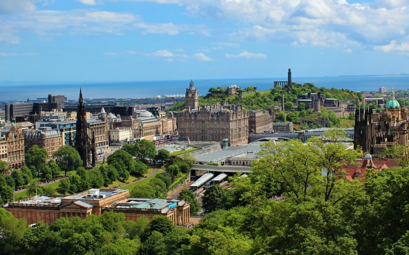 Trains to & from Edinburgh | Panorama over the city of Edinburgh