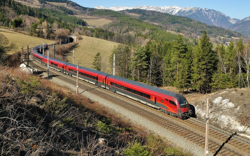 RailJet | Trains in Europe | RailJet running through the Alps