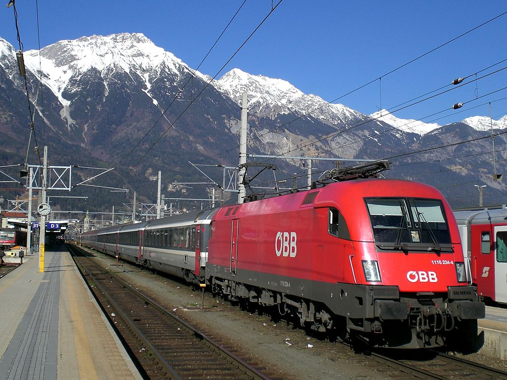 Trains to & from Innsbruck | Railjet ready for departure